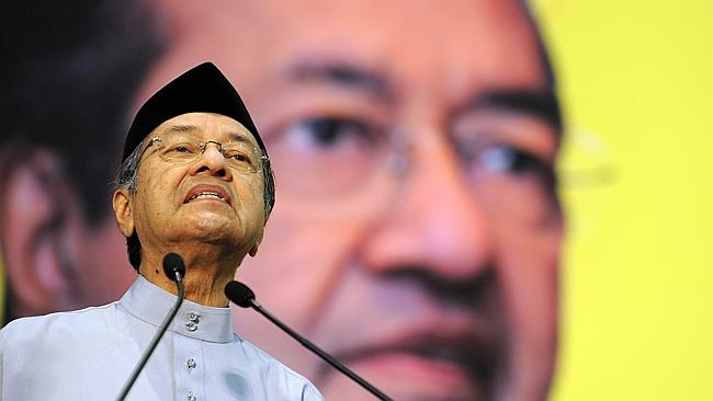 Puisi Melayu Mudah Lupa oleh Tun M