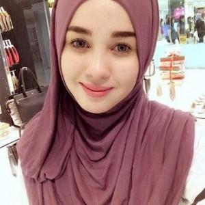 Emma Maembong Bertudung