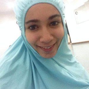 Amira Othman Comel Pakai Jubah Solat