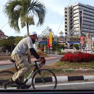 Gaya Ustaz Azhar Idrus Santai Menunggang Basikal di Sekitar Terengganu