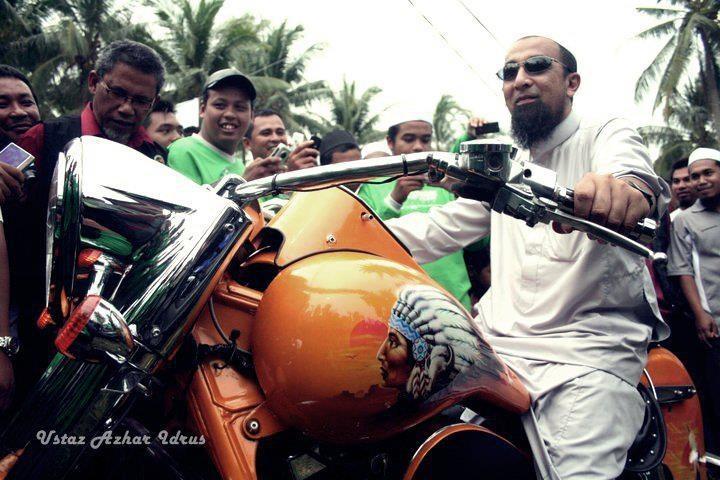 Gaya Ustaz Azhar Idrus dengan Motorsikal Berkuasa Tinggi