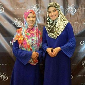 Fazura memakai jubah sama dengan peminatnya di festival fesyen