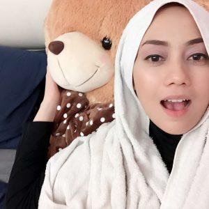 Gambar Cute Mia Ahmad Dengan Teddy Bear