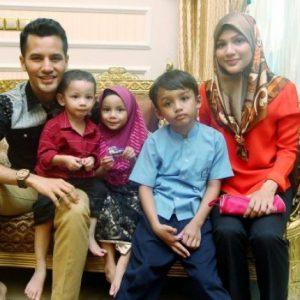 Gambar Keluarga Dato Aliff Syukri dan Anak-anak