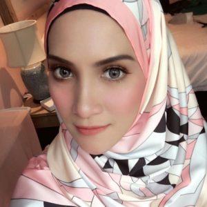 Sherry Ibrahim Comel Memakai Contact Lens