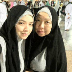 Foto Nora Danish dan Ibu Semasa Buat Umrah