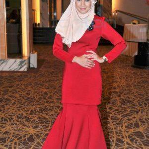 Izreen Azminda Cun Berbaju Merah