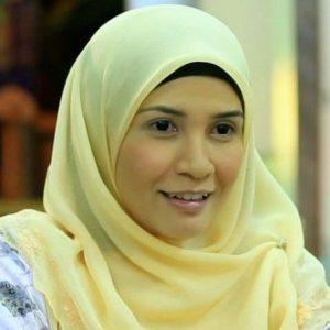 Izreen Azminda Dengan Solekan Nipis Berimej Gadis Kampung