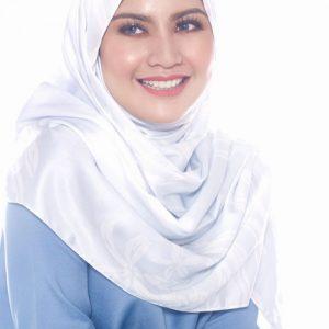 Potret Besar Lisa Surihani Berhijab