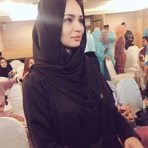 Fesyen Bertudung Hitam Railey Scarves Oleh Izara Aishah