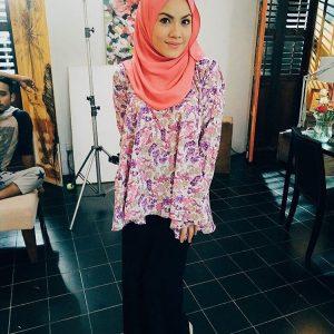 Fesyen Tiz Zaqyah Memakai Scarf Dan Favorite Blouse