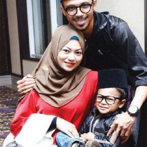 foto-keluarga-bahagia-zila-seeron-dan-along-champ