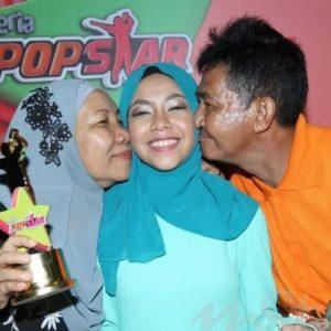 gambar-jun-ceria-popstar-dan-ibu-bapanya