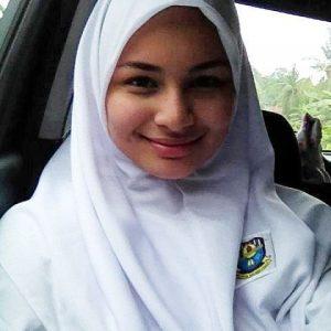 Izara Aishah Pakai Baju Sekolah