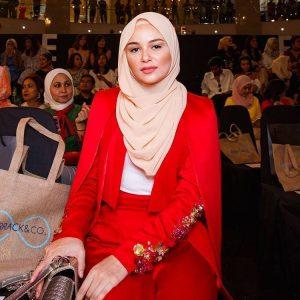 Sarah Hildebrand Fesyen Tema Merah