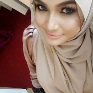 Ezzaty Abdullah Bertudung Dengan Solekan Make Up Tebal