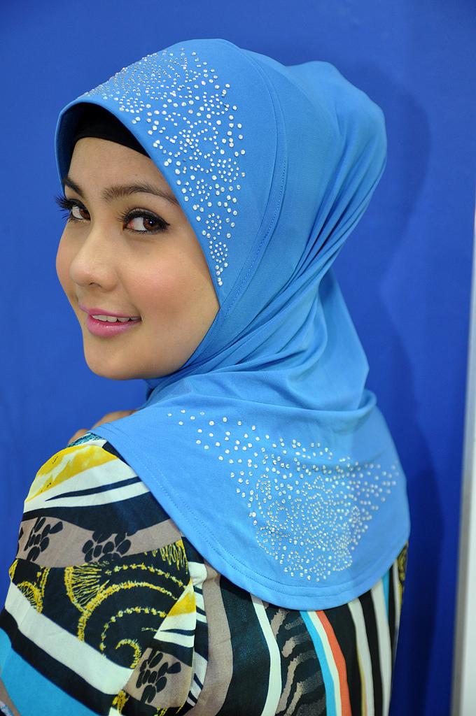 Imej Gadis Islam Adeline Tsen.