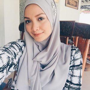 Grey Instant Shawl Naelofar Hijab Dipakai Oleh Azira Shafinaz