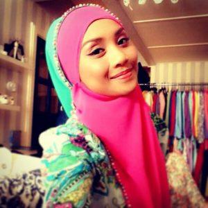 Aktres Manis Wan Sharmila Berhijab