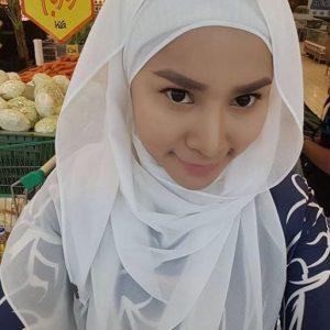 Elly Mazlein Selfie Berhijab