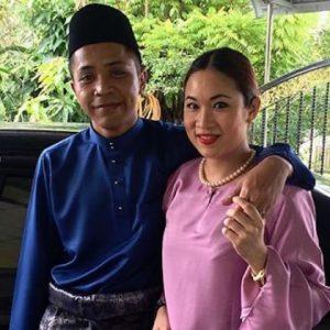 Gambar Hazama Dan Isterinya Genervie Kam Berbaju Melayu Dan Baju Kurung