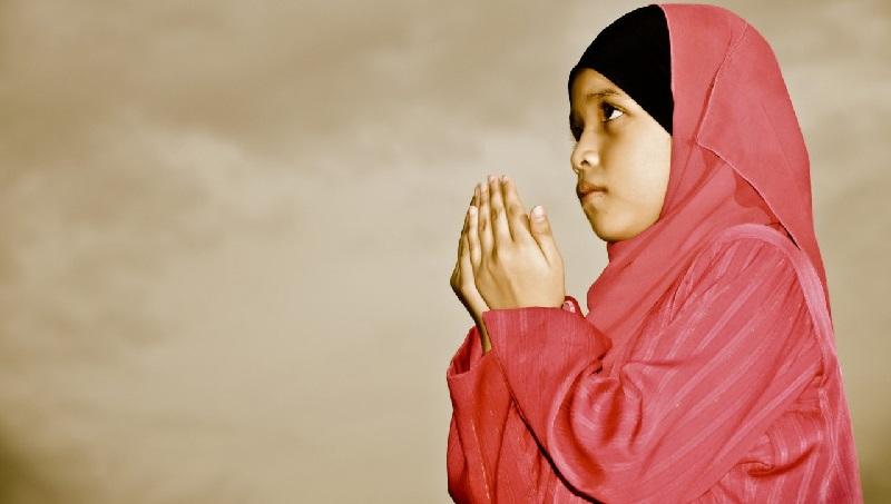 Kanak Kanak Perempuan Berdoa Kepada Allah