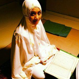 Wan Sharmila Memakai Telekung Solat