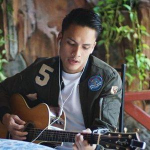 Aktor Randy Pangalila Bermain Gitar