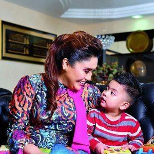 Gambar Azharina Bersama Anaknya