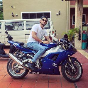 Redza Rosli Bergaya Bersama Motosikal Besar