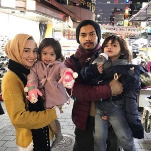 Wawa Zainal Bersama Suami Dan Anak Anak
