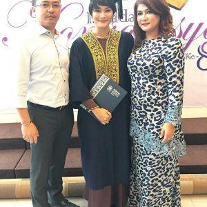 Adriana Adnan Bersama Ibu Bapanya
