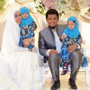 Foto Oki Setiana Dewi Bersama Suami Dan Anak Anaknya