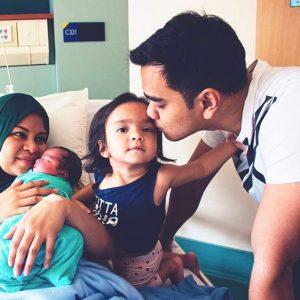 Gambar Aliff Satar Bersama Isteri Dan Anak Anaknya