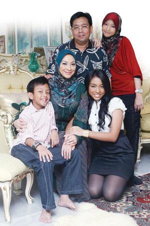 Gambar Keluarga Izzani Ismail Semasa Kecil