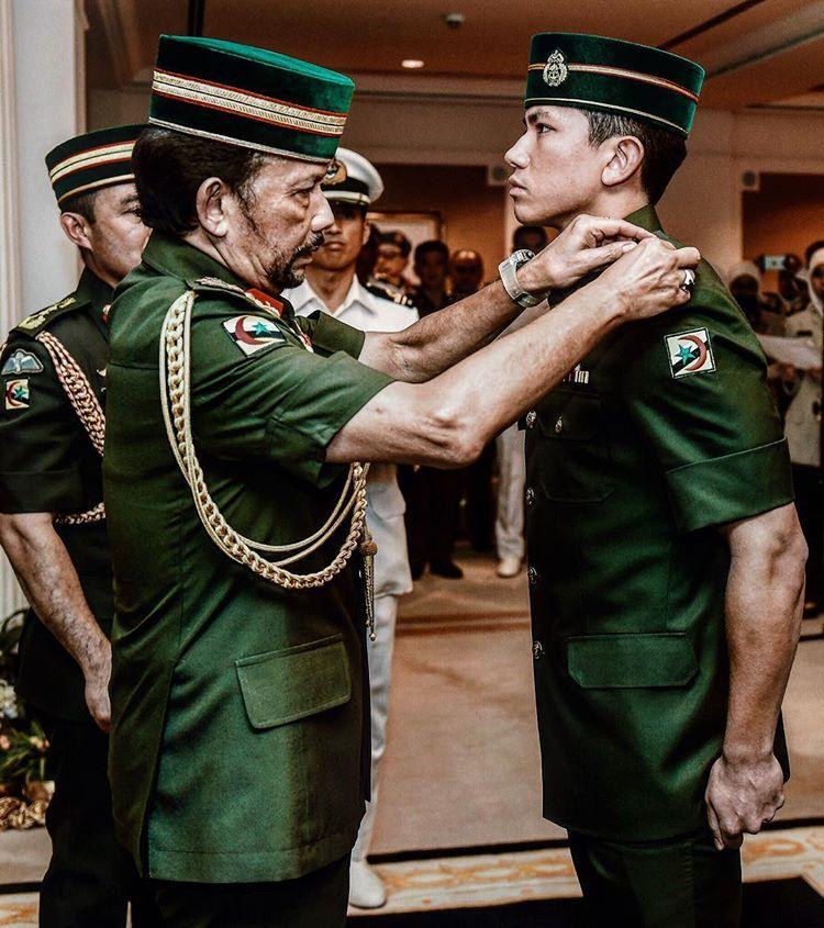 Putera Mateen Menerima Pingat Dari Sultan Brunei