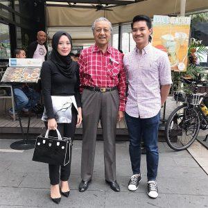 Fadza Anuar Dan Vivy Yusof Bergambar Bersama Tun Mahathir