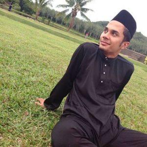 Fikry Ibrahim Berbaju Melayu Dan Bersongkok