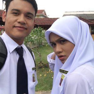 Mimi Lana Dan Syazuwan Hassan Pakai Baju Sekolah