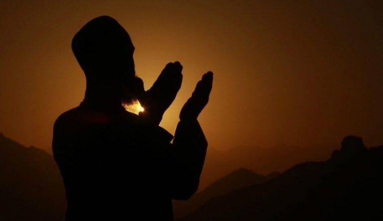 Gambar Muslim Sedang Berdoa
