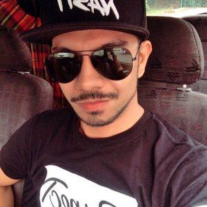 Gambar Mustaqim Bahadon Memakai Topi