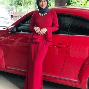 Gadis Cantik Aina Suzaily Berbaju Merah