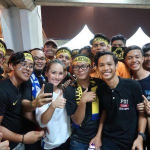 Jasmine Suraya Chin Bersama Penyokong Fanatik Bolasepak Malaysia