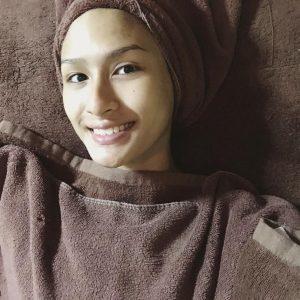 Neera Azizi Buat Facial Treatment