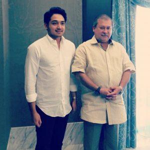 Adib Khalid Bergambar Bersama Sultan Johor