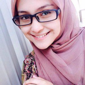 Gadis Cantik Pakai Cermin Mata