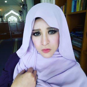 Muka Seksi Zila Bakarin Bertudung