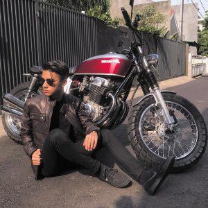 As'ad Motawh Bergaya Dengan Motosikal Besar