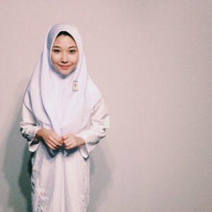 Nina Nadira Pakai Baju Sekolah