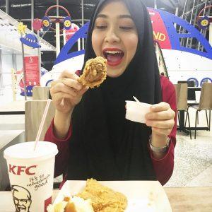 Aksi Comel Dayah Bakar Makan KFC